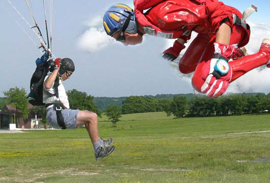 Discipline du parachutisme : la précision d'atterrissage et la voltige